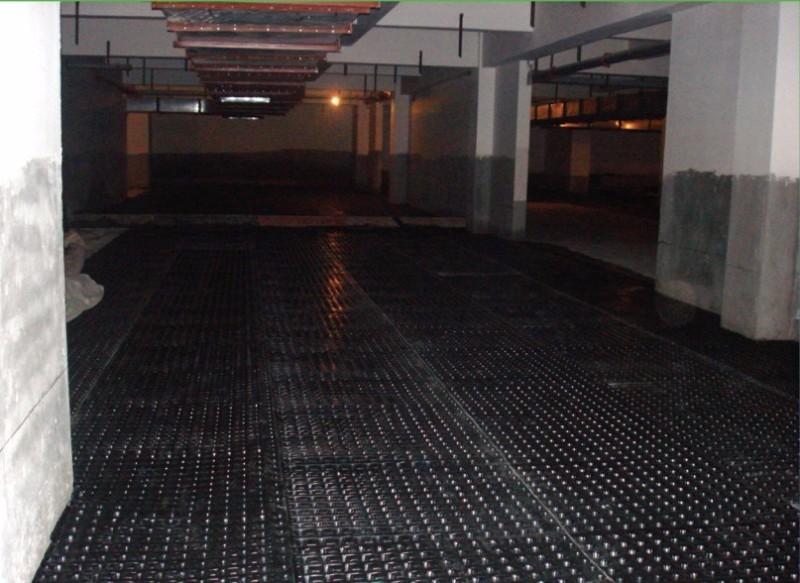 地下车库排水板铺设施工中场景