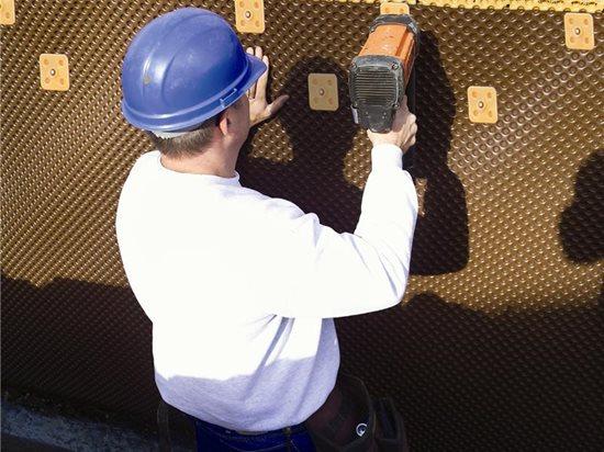 排水板墙面应用:凹陷的排水板在混凝土基础旁边创造了1英寸的空间