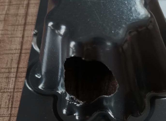 劣质排水板被用手撕出了小洞