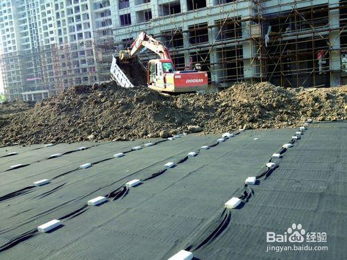地下室顶板排水板铺设完毕,挖掘机正在往上面覆土