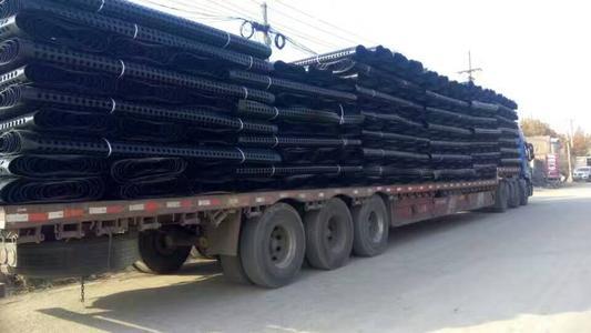 排水板装满一整车