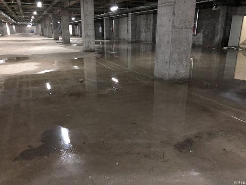 大雨过后,某小区地下车库出现严重渗水漏水,原因是车库顶板排水板不达标。