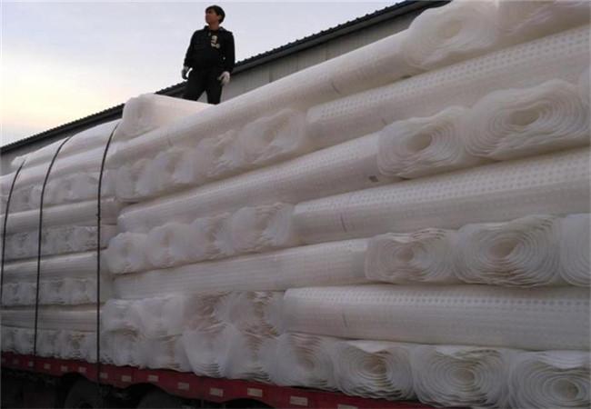 工人装货中,一整车排水板准备发走