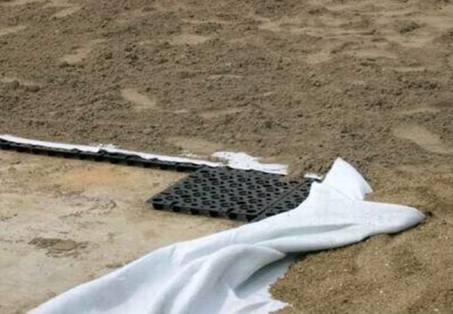 被铺设在土体中的蓄排水板