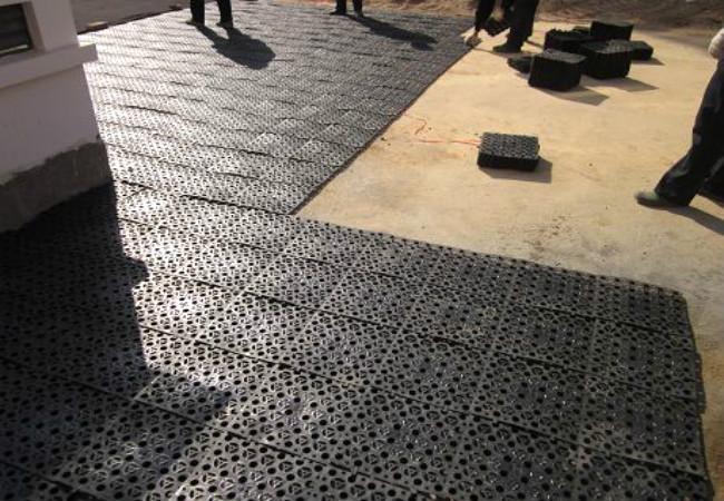 疏水蓄水板搭接施工中