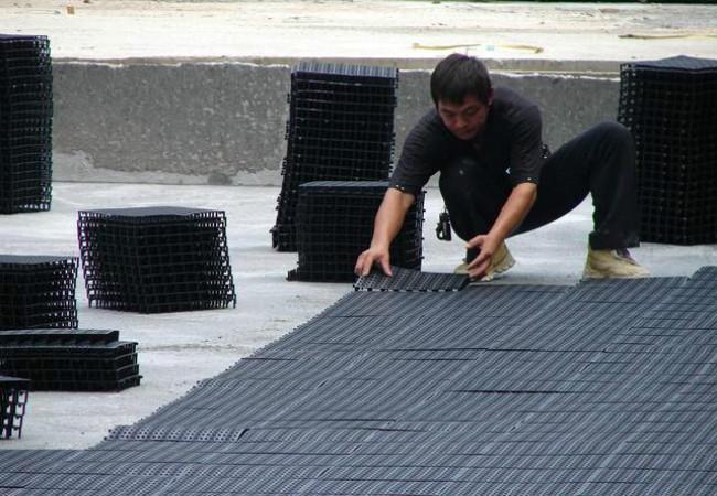 屋顶蓄排水板搭接铺设场景