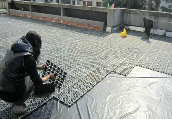 楼顶蓄排水板铺设场景