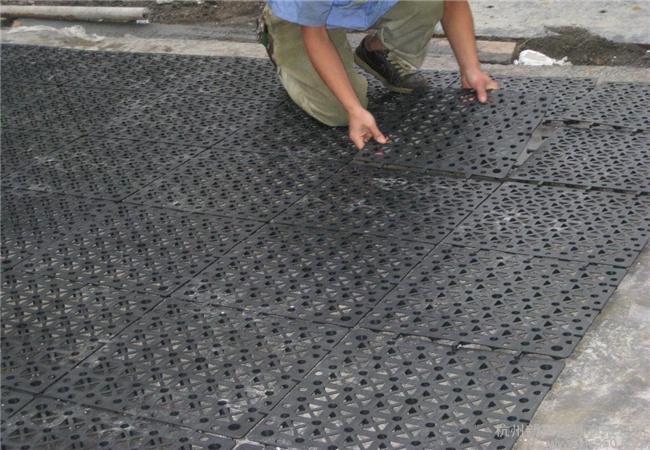 根据施工要求,选择蓄排水板施工中(图)