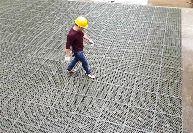 工人走在蓄排水板搭接面上