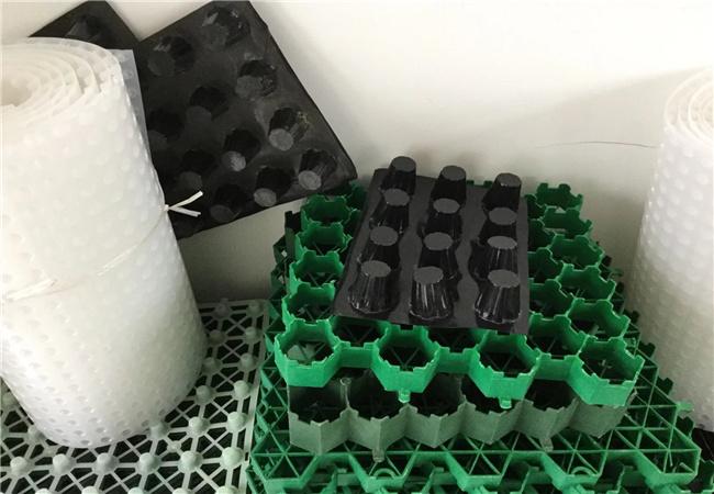 各种规格的排水板蓄排水板样品堆放在一起
